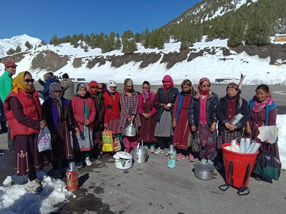 Lahaul-Spiti Villagers helping stranded tourists 2